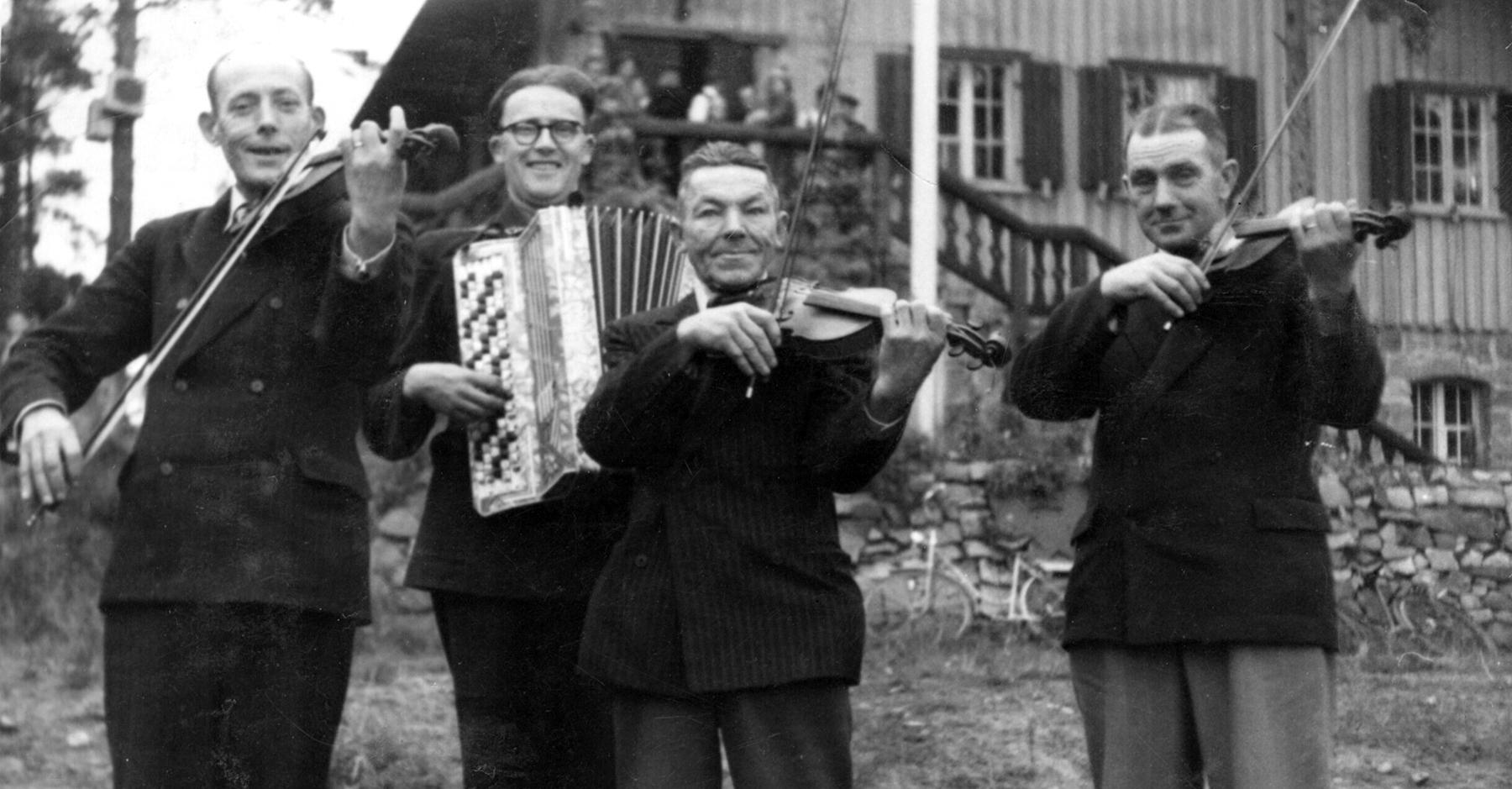 Kaustislaiset soittamassa Oulussa kruunuhäissä: Elias Kentala, Mauri Salo, Friiti Ojala ja Konsta Jylhä.