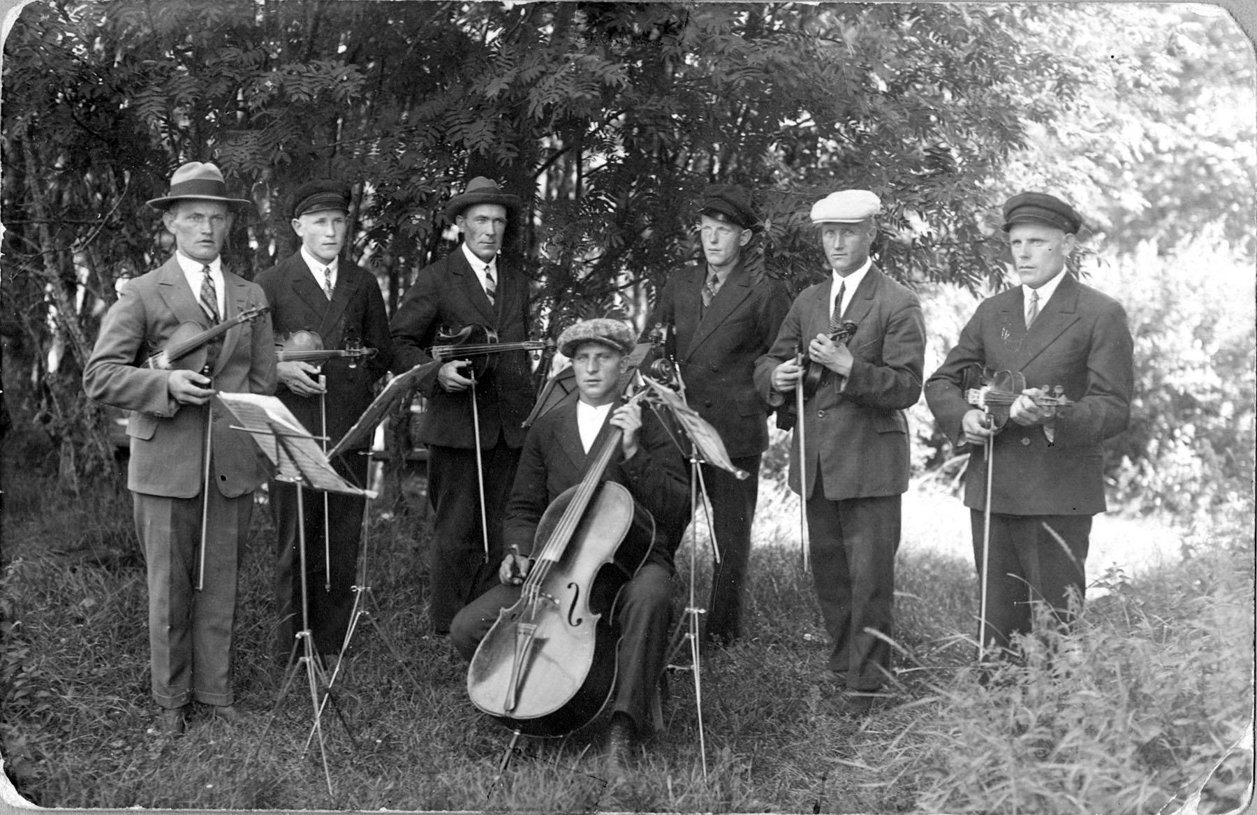 Salonkylän orkesteri 1930-luvulla. Soittajat vasemmalta: Urho Ämmänkoski, Heimo Salo, Waltteri Salo, Tuomas Rauma, Uuno Rauma, Wiljami Niittykoski ja Hugo Rauma.