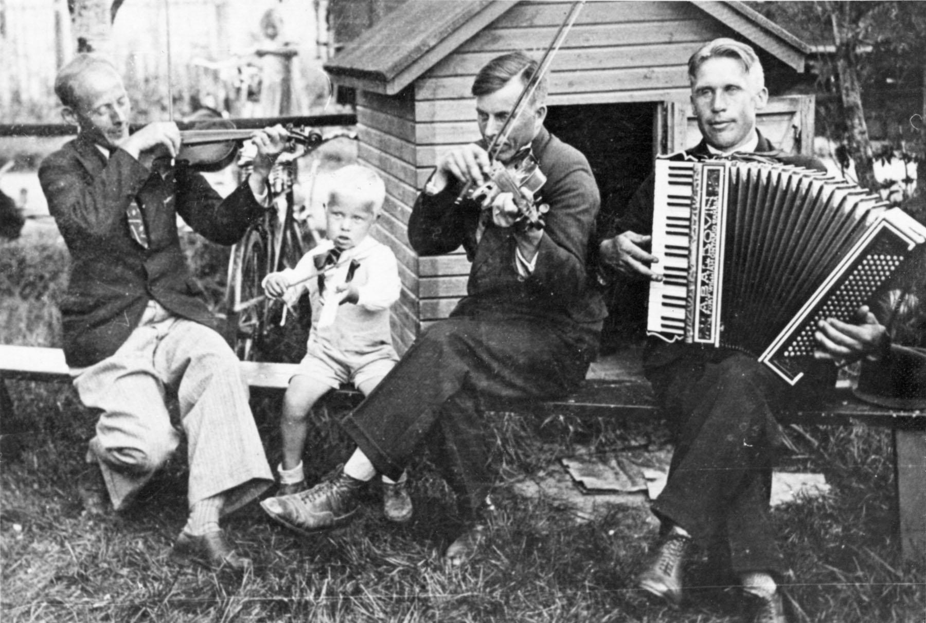 Vasemmalta Elias Kentala (viulu) , Aarne Järvelä (soittaa puusta veistettyä pientä viulua), Johannes Järvelä (viulu) ja Veikko Sylvester Järvelä (harmonikka).